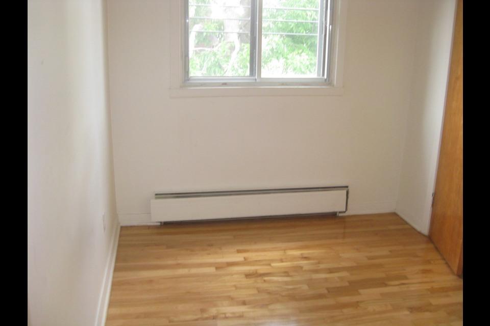 image 2 - Apartment - For rent - Montréal  (Saint-Leonard) - 4 rooms